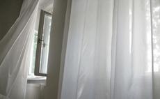 раскрытые окна с занавеской